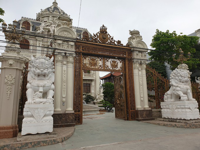 Ở làng nghề gỗ xã Hải Minh, Hải Hậu, ai cũng biết đến ông chủ lâu đài Lan Khoa Khuê - ông Nguyễn Văn Khuê (60 tuổi) - một triệu phú nổi tiếng trong vùng. Trước khuôn viên tòa nhà rộng hơn 3.000 m2 là hai pho tượng sư tử trắng bề thế.