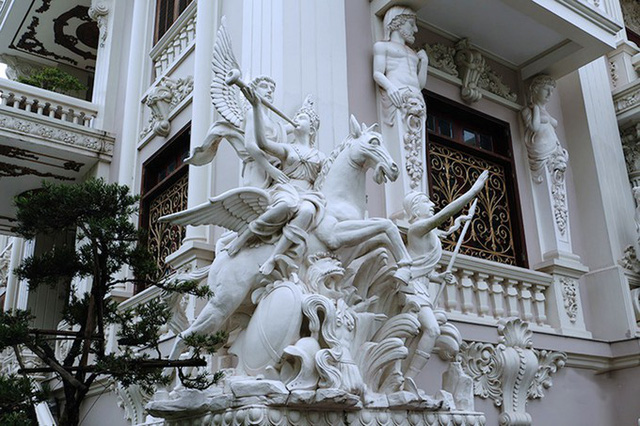 Yêu thích thần thoại Hy Lạp, tất cả những bức tượng bên ngoài đều được gia chủ lấy cảm hứng từ đó, như thần Zeus, Poseidon (thần biển cả) hay các vị thiên sứ. Bức tượng nữ thần chiến thắng trong thần thoại Hy Lạp được ông Khuê đặt ngay trước cửa chính.