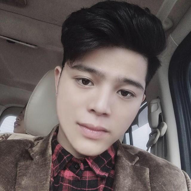 Ở tuổi 18, quán quân Giọng hát Việt nhí có phong cách nam tính, bụi bặm. Gương mặt có nhiều thay đổi của Quang Anh còn khiến cậu vướng tin đồn thẩm mỹ. Chia sẻ với báo chí, Quang Anh phủ nhận và cho biết bản thân chỉ giảm cân và sử dụng ứng dụng chỉnh ảnh.