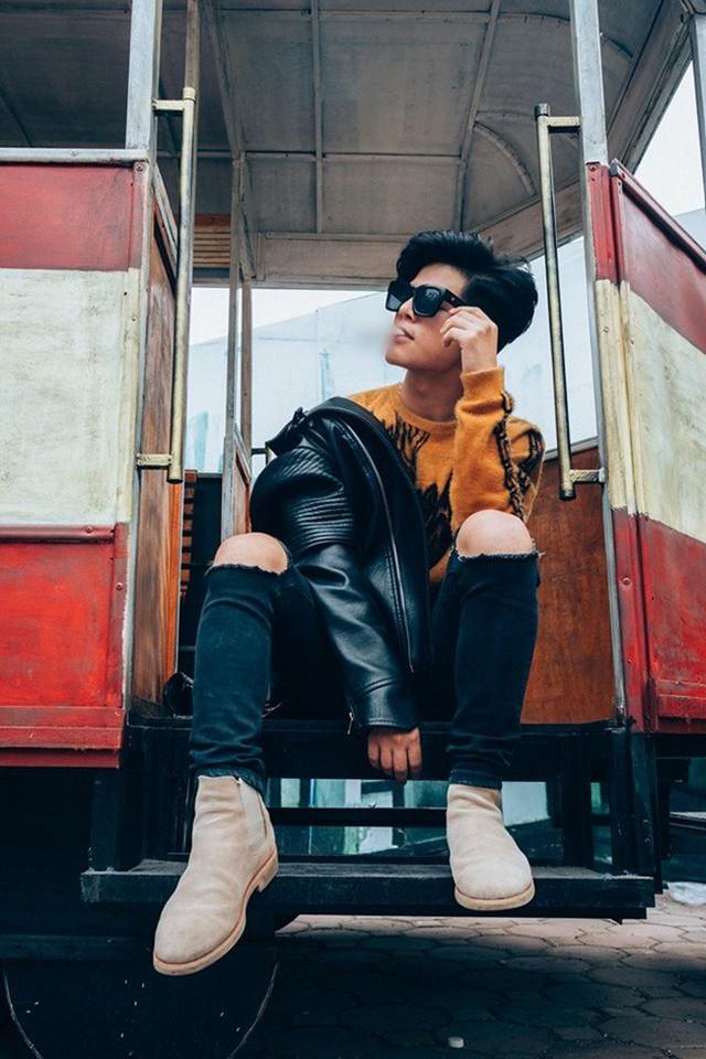 Quang Anh hiếm khi xuất hiện tại một buổi trình diễn ca nhạc mà thay vào đó gây chú ý với phong cách thời trang mang đậm ảnh hưởng của G-Dragon.