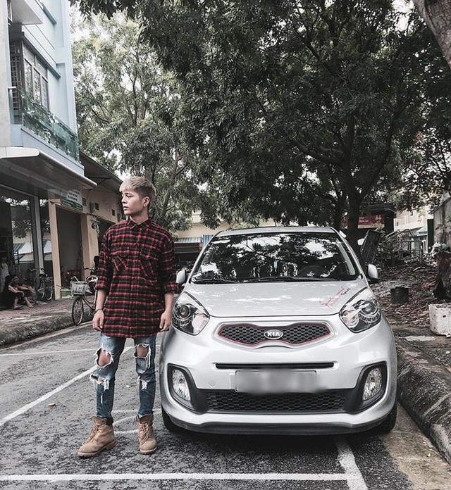 Trên trang cá nhân, nam ca sĩ còn gây chú ý khi đăng tải hình ảnh về thăm quê bên chiếc xe hơi mới khiến nhiều người tò mò.