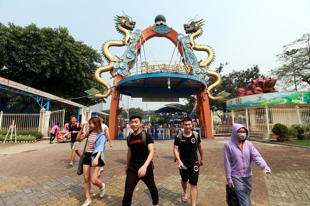 Sáng ngày 20/4, hàng nghìn người dân Thủ đô đã ùn ùn kéo đến Công viên nước Hồ Tây để vui chơi, tắm mát.