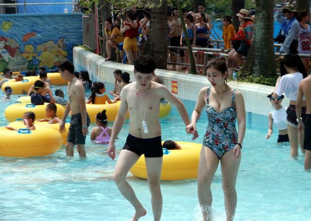 Những cặp đôi cũng kéo nhau đến công viên tham gia các trò chơi vận động dưới nước.