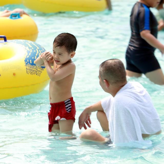 Rất nhiều ông bố, bà mẹ cũng đưa con em mình đến công viên nước Hồ Tây vui chơi.