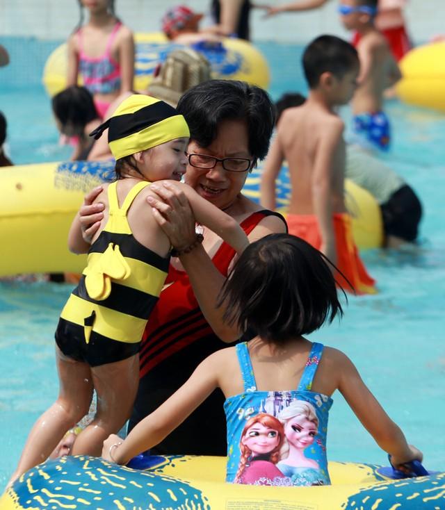 Trẻ nhỏ tắm tại bể dành riêng cho trẻ nhỏ và luôn có sự giám sát của người lớn cũng như lực lượng an ninh.