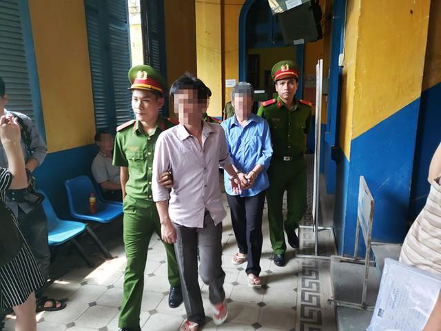Lâm (áo xanh) bị áp giải sau phiên xử ngày 18.4.2019 tại Tòa án Nhân dân TP.HCM. Ảnh: Hoài Nhân