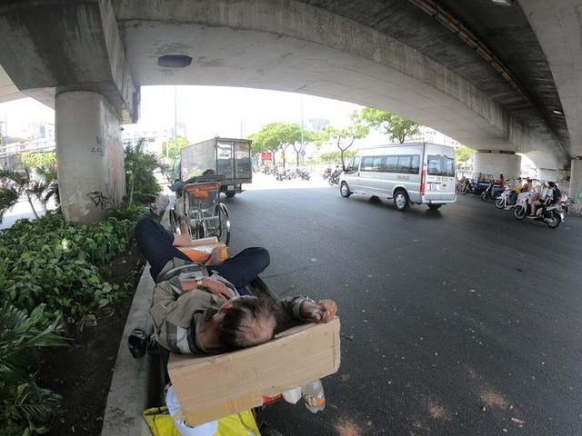 Nhiều người chui dưới dạ cầu để ngủ trưa tránh nắng nóng