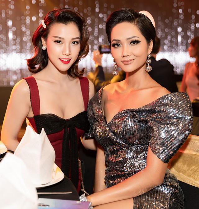 Hoàng Oanh chọn váy hai dây tôn vẻ quyến rũ. Mốt kẹp tóc được người đẹp cập nhật, tạo điểm nhấn cho ngoại hình.