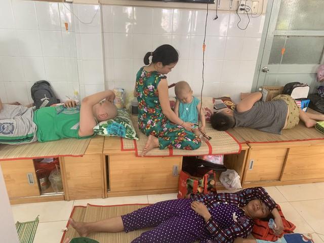 Trong Bệnh viện Ung Bứu TP HCM (quận Bình Thạnh), nhiều đứa trẻ quấy khóc liên tục