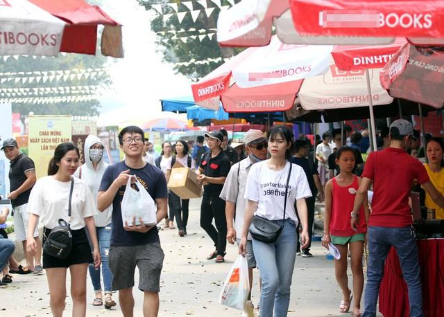 Dù thời tiết Hà Nội khá nóng bức nhưng những ngày vừa qua tại công viên Thống Nhất hàng nghìn người đã có mặt tại đây để tham gia Hội sách 2019.