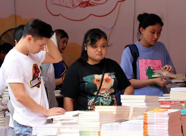 Các gian hàng sách nhiều thời điểm đón một lượng khách đông đúc, người dân muốn tính tiền phải xếp hàng chờ 5 - 10 phút.