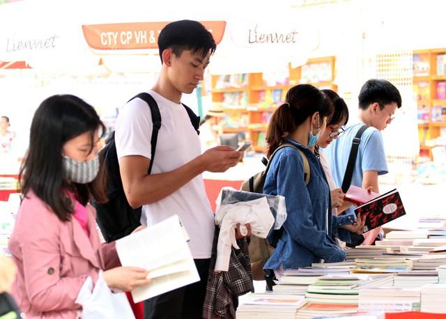 Thời tiết oi bức, nóng nực cũng khiến rất nhiều bạn trẻ đến với Hội sách cảm thấy khó chịu khi mua sắm.