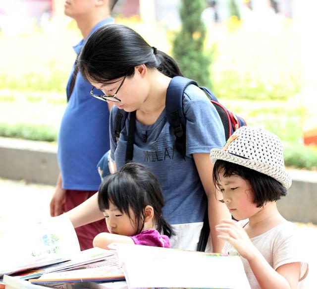 Các loại sách dành cho trẻ nhỏ được phụ huynh lựa chọn kỹ càng phù hợp với lứa tuổi cũng như tâm lý trẻ.