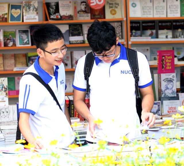 Nhiều sinh viên các trường cao đẳng, đại học trên địa bàn Hà Nội cũng tìm đến Hội sách mua sắm.