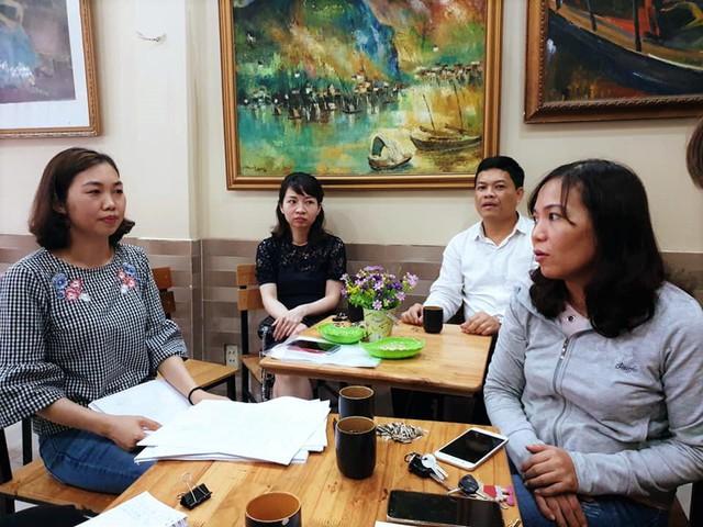 Đại diện nhóm người lao động thuộc BQL dự án làm đơn kêu cứu các cơ quan chức năng và báo chí vì bị mất quyền lợi khi đơn vị giải thể. Ảnh: ML