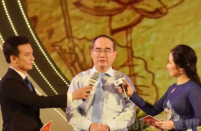 Bí thư Thành ủy TP.HCM Nguyễn Thiện Nhân chia sẻ về lời dặn Đảng chăm lo cho thế hệ trẻ trong Di chúc của Bác tại cầu truyền hình. Ảnh: LONG HỒ