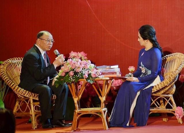 GS Hoàng Chí Bảo phân tích giá trị bất hủ của Di chúc Chủ tịch Hồ Chí Minh . Ảnh: LONG HỒ
