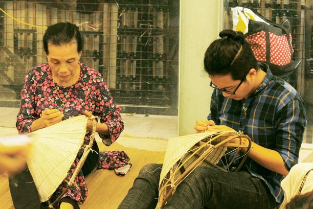 Sự kiện triển lãm nón lá thu hút không chỉ nữ giới, mà rất nhiều bạn nam đã đến và cảm thấy vô cùng thích thú với không gian nón lá làng Chuông.
