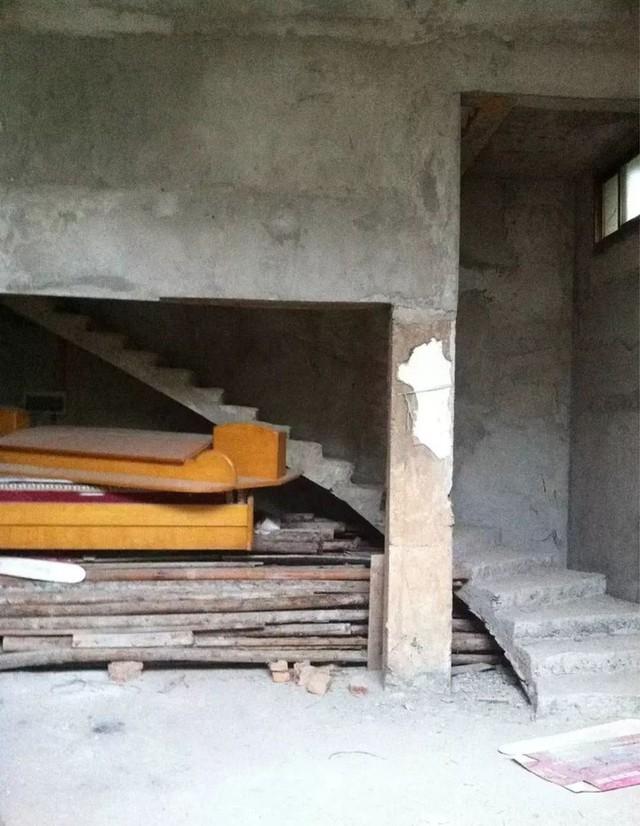 Sau nhiều lần cải tạo của chủ cũ, căn nhà không còn nguyên vẹn.