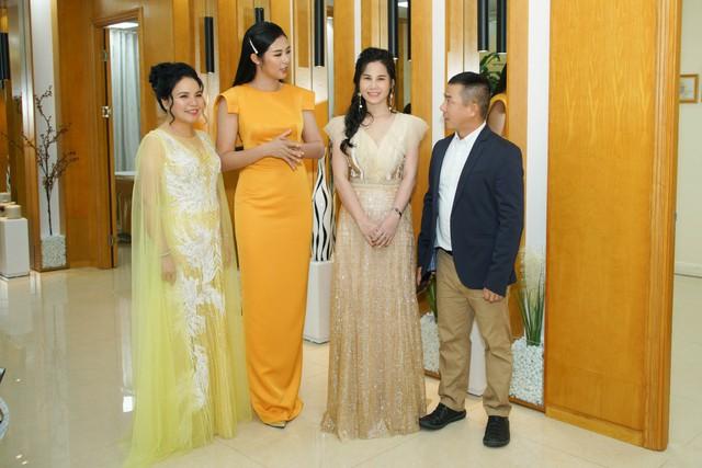 Ngọc Hân trao đổi với chuyên gia công nghệ Thermage FLX tại Việt Nam