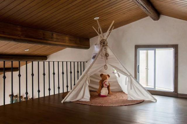 Phần diện tích áp mái của căn biệt thự được sử dụng làm không gian vui chơi cho hai bé.