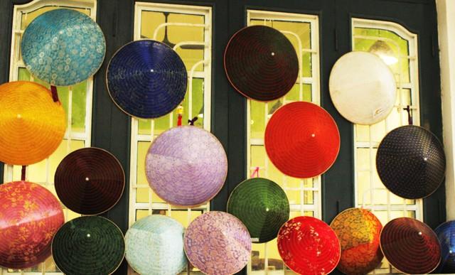 """Với thông điệp """"Giữ nét dân gian – Thổi hồn nón Việt"""", không gian trưng bày hơn 50 sản phẩm nón lá làng Chuông từ truyền thống cho đến hiện đại nhận được nhiều sự yêu thích của người đến tham gia."""
