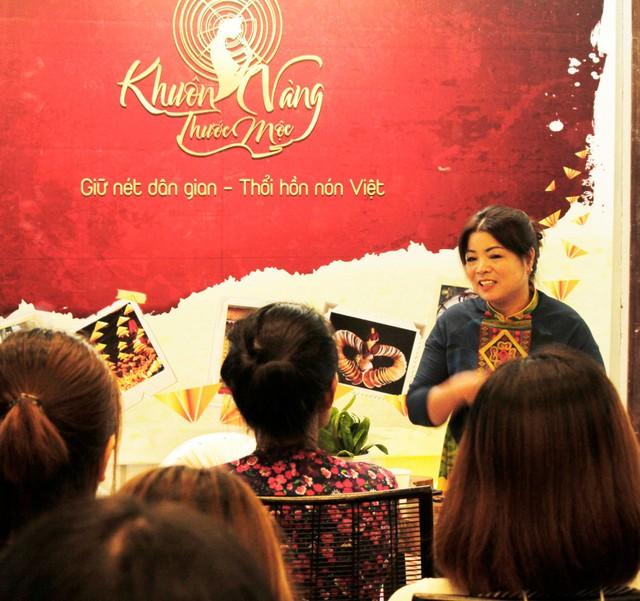 Nghệ nhân làm nón Tạ Thu Hương chia sẻ đến khách mời những nét độc lạ cùng lịch sử văn hóa của nón lá làng Chuông. Cô năm nay 52 tuổi, gắn bó với thăng trầm cùng nón lá đã gần 40 năm, là một trong những nghệ nhân tài hoa nhất xứ nón lá nổi tiếng này.