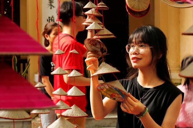 """Phùng Giang, cô sinh viên quê Phú Thọ đến với sự kiện vì niềm yêu thích đặc biệt với nón lá. Cô chia sẻ: """"Văn hóa của Việt Nam rất lâu đời, làm nên bản sắc riêng biệt. Mình hy vọng có thể được tham dự nhiều sự kiện về văn hóa hơn nữa để thêm yêu quê hương, và tự tin giới thiệu với bạn bè quốc tế về những nét văn hóa độc đáo của đất nước Việt Nam""""."""