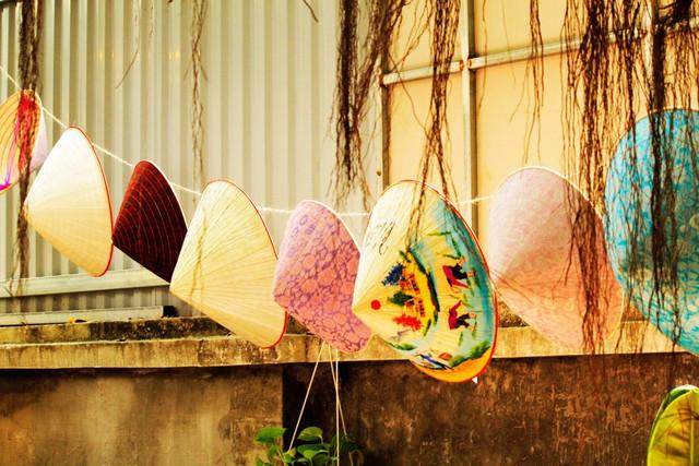 Làng Chuông được coi là cái nôi của nghề làm nón tại xứ kinh kì. Mặc dù hiện nay thị trường nón lá Việt Nam đang bị cạnh tranh bởi nón Trung Quốc, nhưng theo nghệ nhân Tạ Thu Hương, nón do Trung Quốc sản xuất từ nhựa, độc hại, không tốt. Thực chất nói về nón lá, không một đất nước nào có thể làm đẹp hơn Việt Nam. Đó không chỉ đơn giản là một nghề, mà đã nâng tầm lên thành một thương hiệu văn hóa riêng biệt của đất nước.