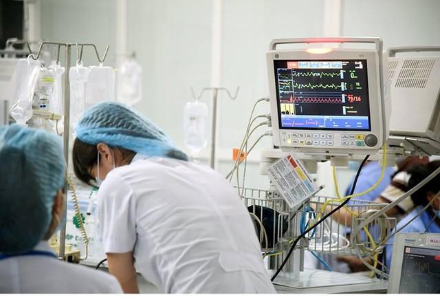 Trong ngày nắng nóng đầu tiên của mùa hè 2019, Khoa Cấp cứu Bệnh viện Bạch Mai tiếp nhận vài chục ca đột quỵ mỗi ngày. Ảnh: TL