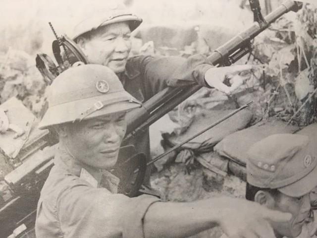 Là một người lính dày dặn kinh nghiệm trận mạc, đồng chí Lê Đức Anh luôn có mặt ở những điểm nóng nhất, trực tiếp chỉ huy những người lính của mình trên chiến trường. Ảnh: Tư liệu