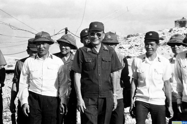Từ trái sang: Đô đốc Giáp Văn Cương - Tư lệnh quân chủng Hải quân; Đại tướng Lê Đức Anh - Bộ trưởng Bộ quốc phòng và Thượng tá Phạm Sỹ Ta - Đảo trưởng, thị sát đảo Trường Sa Lớn trong chuyến công tác tháng 5/1988. Ảnh: Tư liệu