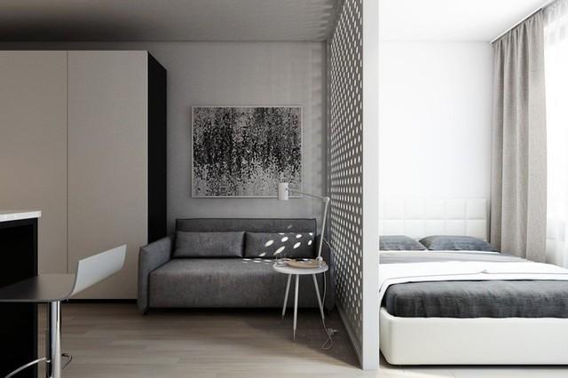 Phòng khách và phòng ngủ được ngăn cách bằng tấm vách ngăn sát trần. Hơn nữa, những tia nắng có thể chiếu qua những kẽ hở để soi rọi đến sofa, cho cái nhìn thật đẹp mắt.