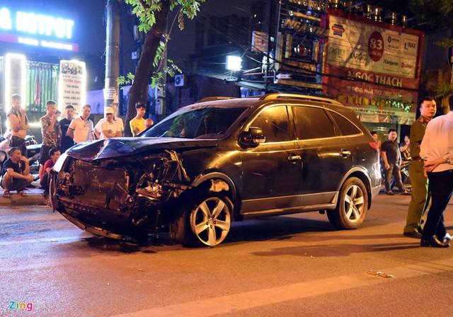 Chiếc Hyundai Veracruz chỉ dừng lại khi hư hỏng nặng, không thể di chuyển. Ảnh: Hải Nam.