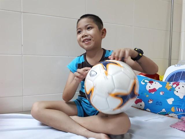 Cậu bé rất thích đá bóng