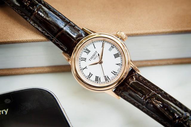 Một chiếc đồng hồ dây da thanh lịch là món phụ kiện mà nữ giới thành đạt nào cũng nên có - Ảnh minh họa: Tissot T085.210.36.013.00 (Giá khoảng 10,3 triệu)