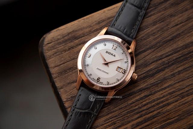 Nếu như các hãng đồng hồ nữ nổi tiếng khác chuyên về thiết kế sang trọng thì riêng Doxa là đẳng cấp, đơn cử như chiếc Doxa D168RWL có đến 8 viên kim cương trên mặt số cùng giá bán chỉ khoảng 20,5 triệu