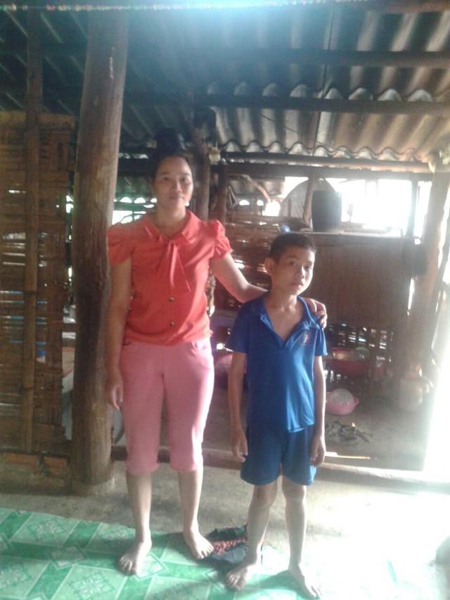 Vợ cùng con trai lớn của anh Quý trong căn nhà trống huơ trống hoác