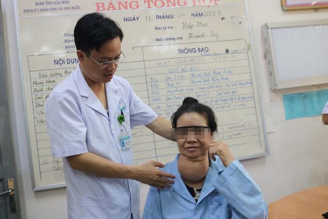 Bệnh nhân được TS.BS Trương Như Hiển, Trưởng khoa Ngoại Thần kinh ung bướu thăm khám, dặn dò trước mổ
