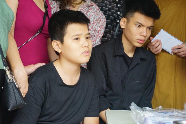 Hai cậu con trai của chị Hà