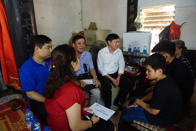 Nhiều người đến chia sẻ với gia đình chị Hà