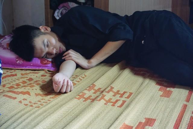 Cậu bé Đức Anh - con trai lớn của chị Hà mệt lả từ sau ngày mẹ mất. ảnh PT
