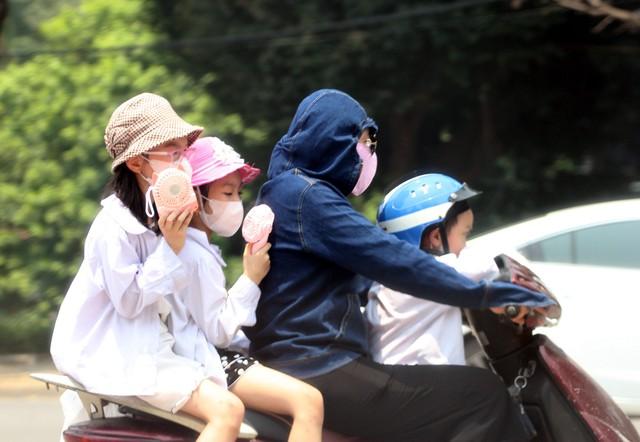 Thời tiết nắng nóng, khi ra đường từ người lớn đến trẻ em đều được trang bị đầy đủ trang phục chống nắng.