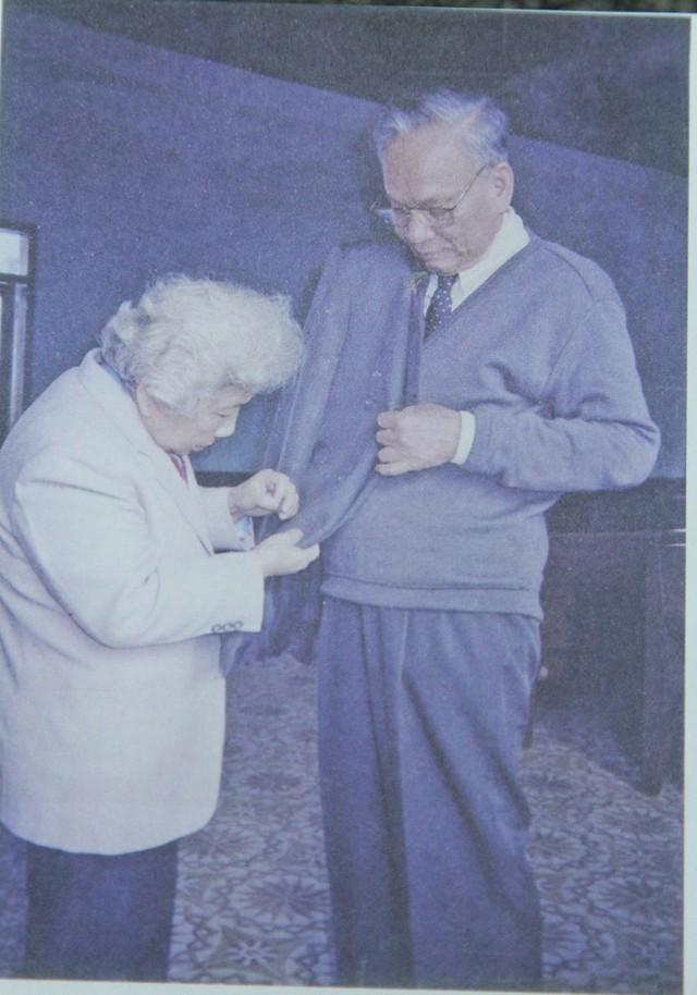 Phu nhân Võ Thị Lê với Đại tướng Lê Đức Anh trước giờ đi công tác, ngày 3/1/1996