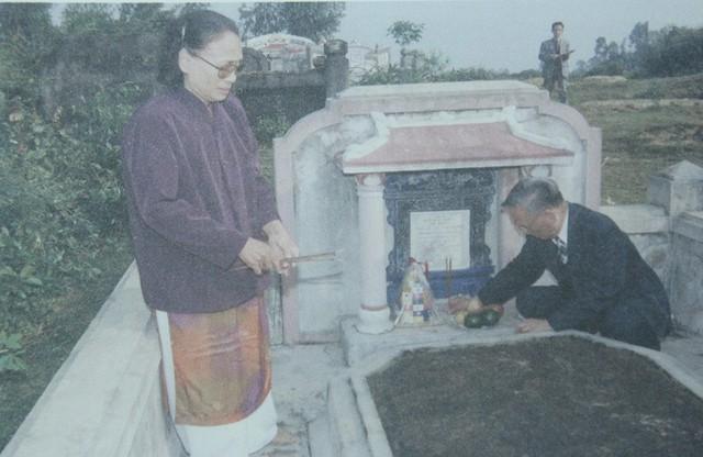 Đại tướng Lê Đức Anh và em gái Lê Thị Xoan trước mộ mẹ Lê Thị Thoa tại Bàn Môn (Truồi) năm 2002