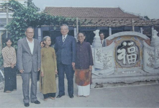 Từ trái qua phải: Anh trai Lê Hữu Độ, em gái Lê Thị Thể, Đại tướng Lê Đức Anh và em gái Lê Thị Xoan, năm 2002