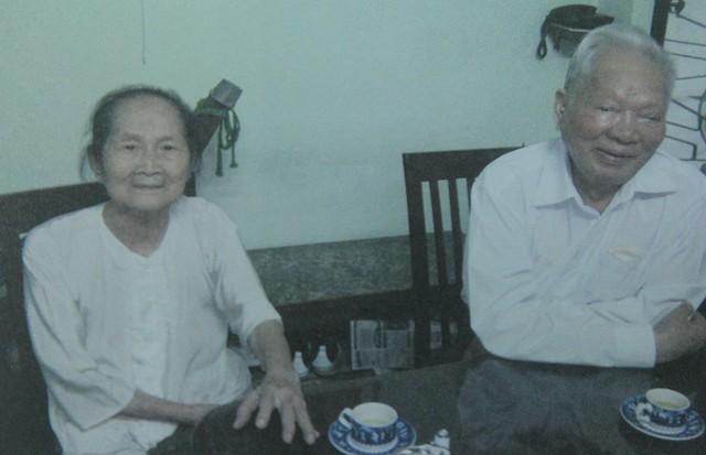 Đại tướng Lê Đức Anh và người vợ đầu Phạm Thị Anh tại nhà riêng ở Bến Cát, Bình Dương, năm 2009