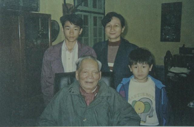 Đại tướng Lê Đức Anh và con gái lớn Lê Xuân Hồng, tiến sĩ Tâm lý học và hai cháu ngoại là Tú và Tuấn, ngày 2/5/1997