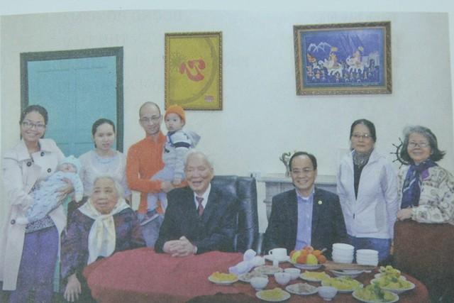 Đại tướng Lê Đức Anh và phu nhân cùng các con, cháu và chắt tại Hà Nội (số 5 Hoàng Diệu), Tết Giáp Ngọ, năm 2014