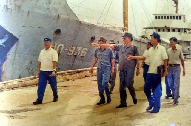 Đại tướng Lê Đức Anh - Bộ trưởng Bộ Quốc phòng kiểm tra tình hình tại quân cảng Cam Ranh, tháng 6/1987.